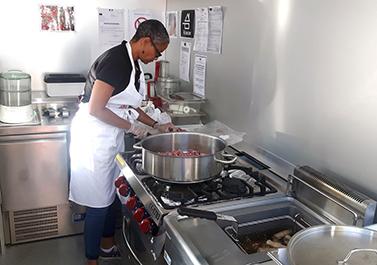 Lilia-dans-la-cuisine-du-foodtruck